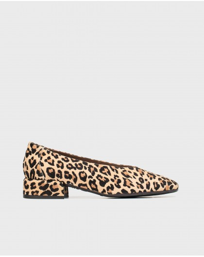 Flat shoe with animal print