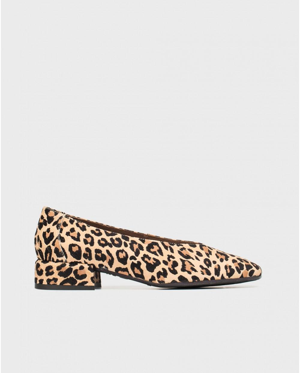 Flat shoe with animal print