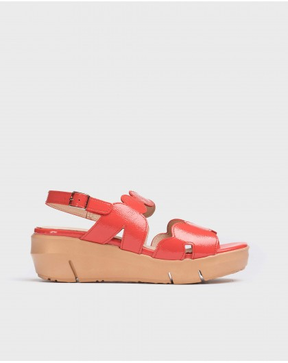 Sandal with wavy straps