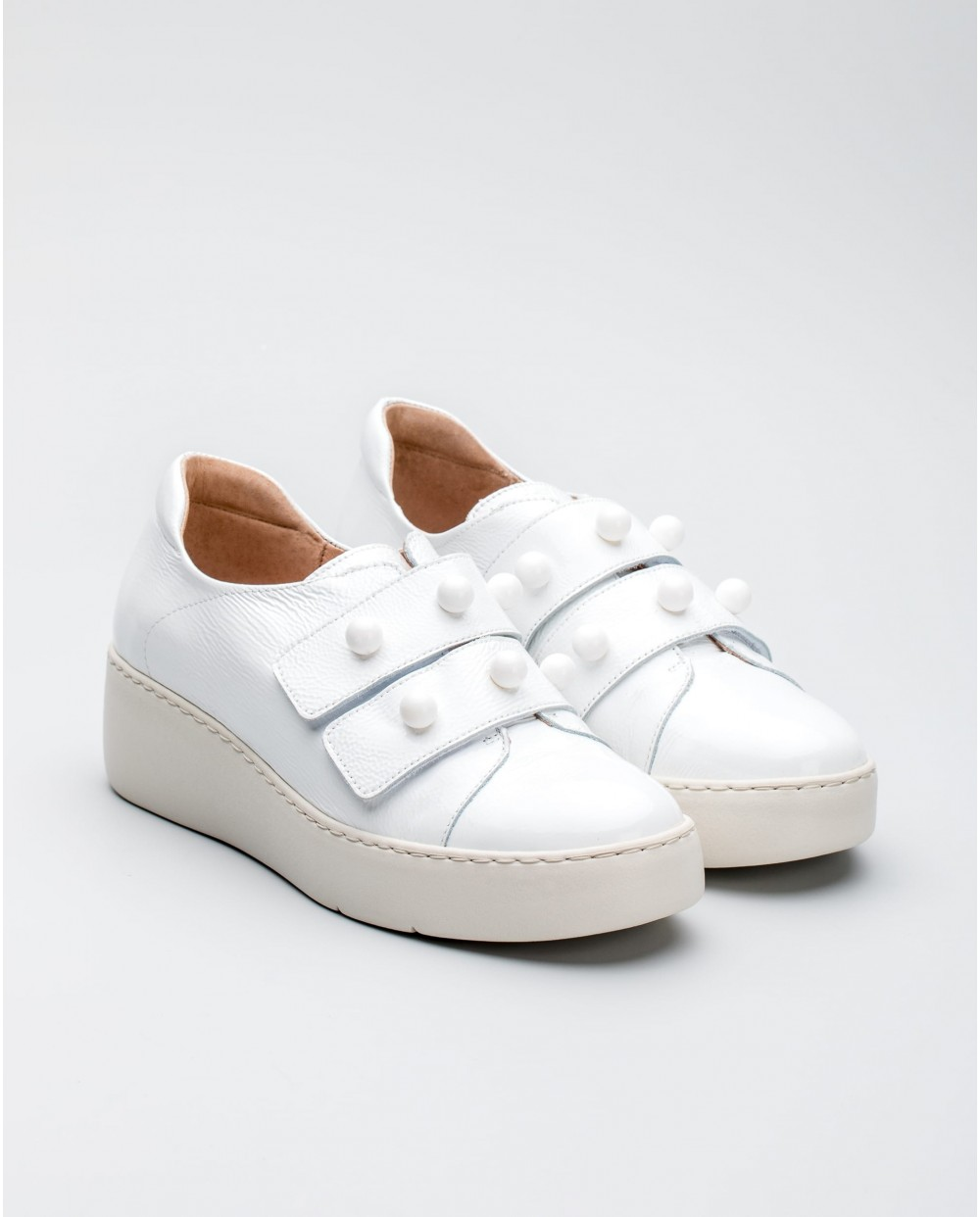 Perforated leather sports shoe