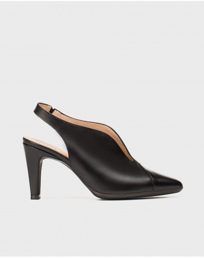V cut court shoe
