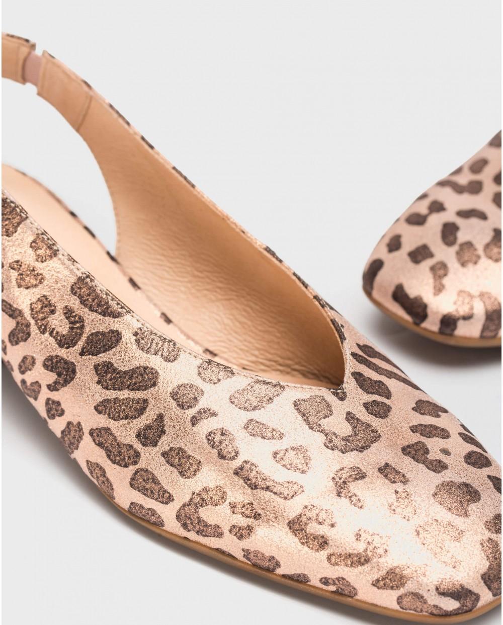 Flat sandal with animal print
