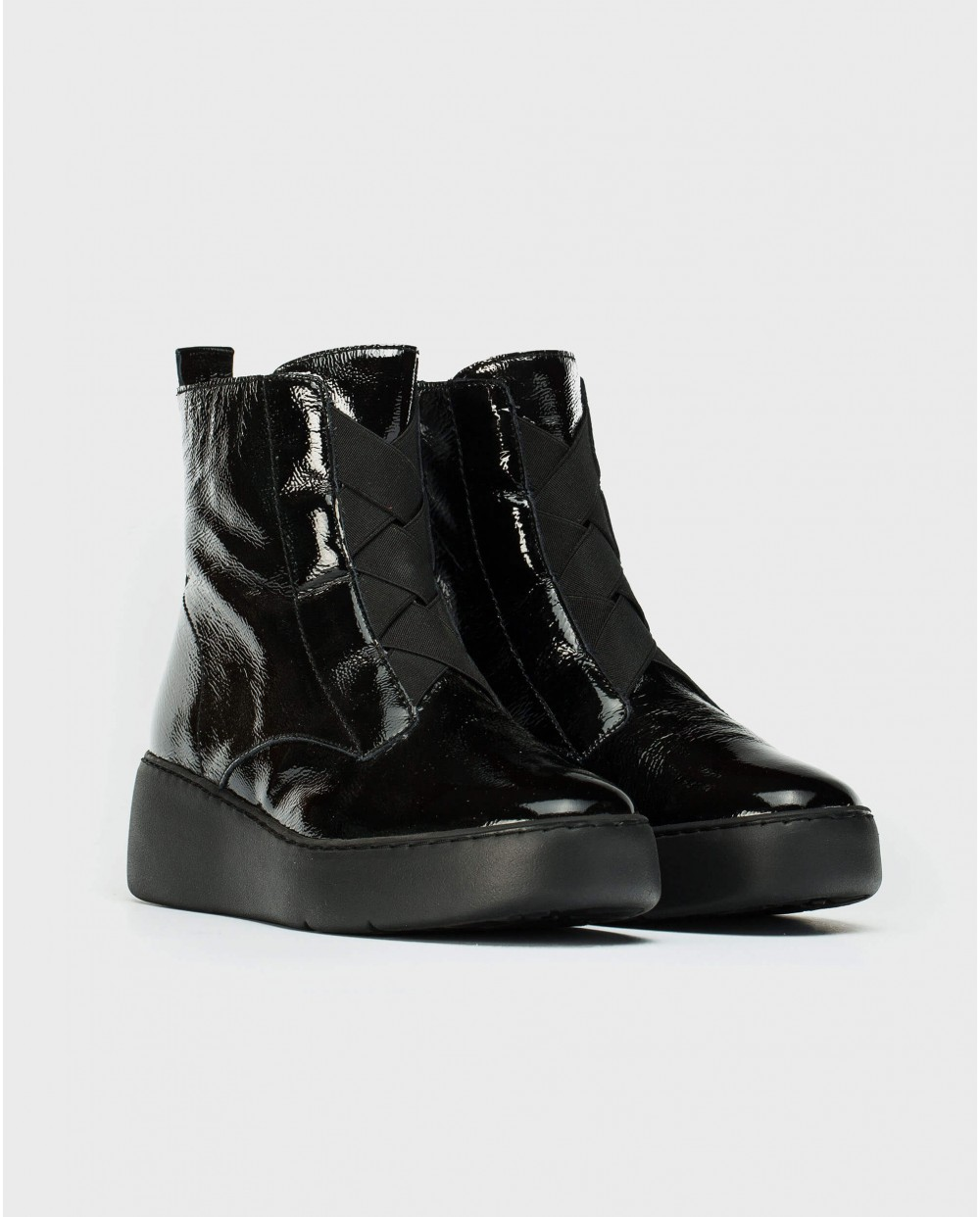 Ankle boot with elastic closure