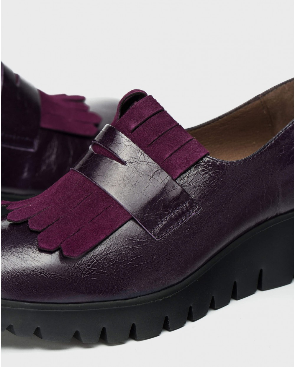 Leather moccasin with fringe