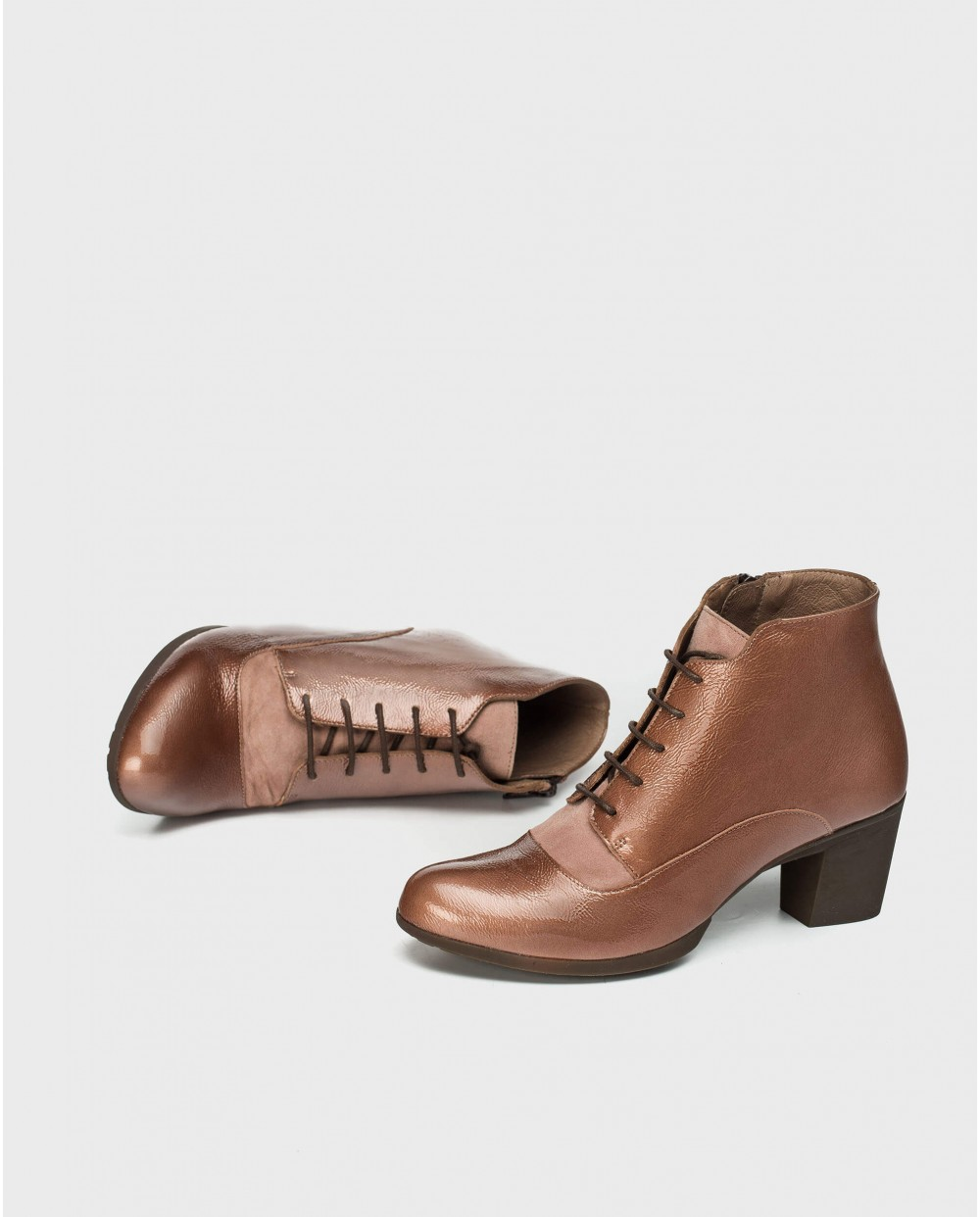 Patent leather ankle boot with shoelace closure