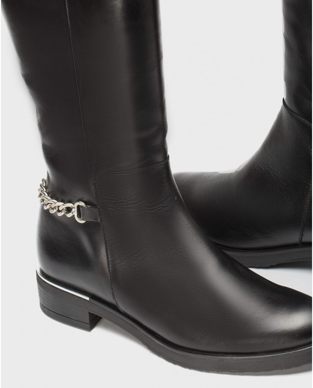 Leather boot with chain