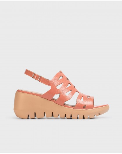 Sandal with wave straps
