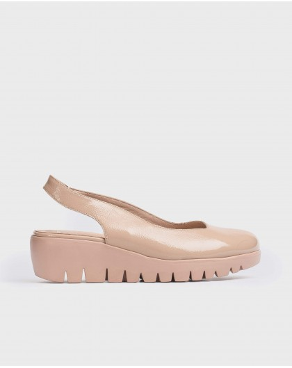 Wonders-Outlet-shoe with an asymmetric throat